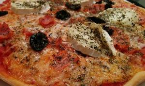 Pizza sans gluten au jambon, olives et duo de fromages de chèvre