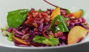 Salade de chou rouge, grenade et nectarine