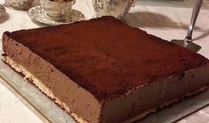 Gâteau mousse au chocolat sur biscuit dacquoise aux amandes