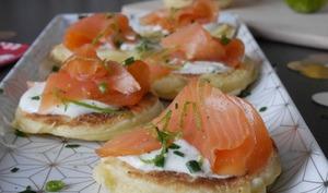Blinis au saumon fumé, crème de citron vert et gingembre