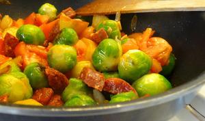 Choux de Bruxelles et chorizo au wok