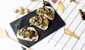 Tartines de pain au levain aux champignons et pesto