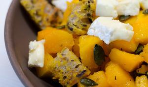 Salade de potimarron, au camembert et aux graines de courge