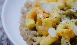 Pâtes aux crevettes au curry et aux amandes effilées