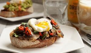 Tartine de pain au levain aux champignons et oeuf poché