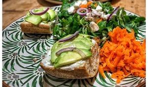 Salade d'hiver avec champignons farcis et tartines gourmandes