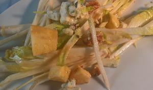 Salade d'endive, aux noix, pommes et roquefort