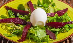 Salade de cresson, betterave et oeuf dur
