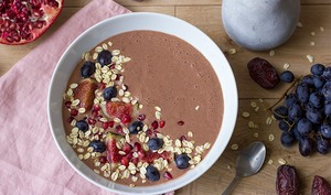 Smoothie bowl dattes, grenades et cacao