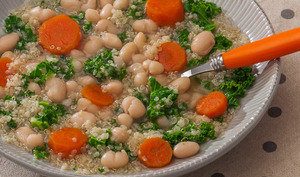 Soupe de quinoa, chou Kale et haricots blancs