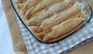 Gratin de crêpes fourrées aux pommes et sauce crémeuse caramel de jus de pomme