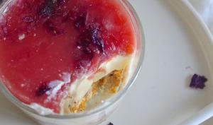 Cheesecake en verrine, gelée de pomélo et fleurs séchées