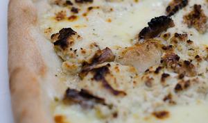 Pizza au fromage frais aux noix et à la mozzarella