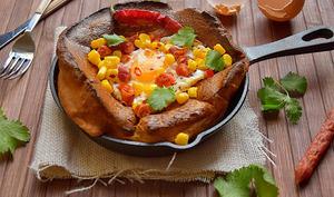 Yorkshire Pudding au Cumin, Oeuf Frit au Sel Fumé, Chorizo, Maïs