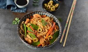 Nouilles sautées aux légumes, poulet et olives