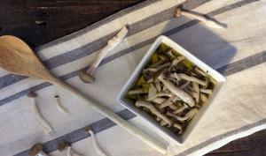 Champignons marinés à l'ail et aux herbes de Provence