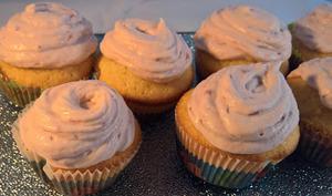 Cupcakes au chocolat blanc et topping aux fraises