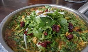 Omelette perse aux herbes fraîches et fruits secs