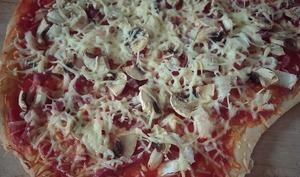 Pizza aux champignons, bacon et fromage