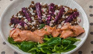 Salade de lentilles au saumon, betterave et fêta