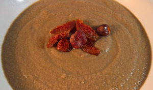 Soupe de choux fleur, champignons et topping aux noisettes et chorizo