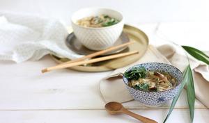 Nouilles de riz et bouillon aux champignons et blettes