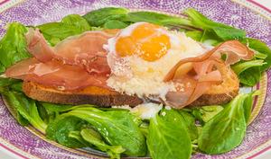 Tartine speck, oeuf poché et parmesan