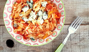 Comme une poêlée de tomates,poivrons, petites pâtes et roquefort