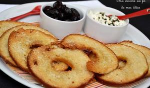 Chips-bagels parfumés à l'ail et parmesan, dip fromage frais et basilic