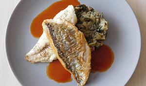 Dorade royale, fumet de poisson tomaté, blettes aux lardons