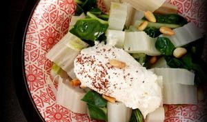 Blettes toutes simples, sauce tahini, pignons et sumac