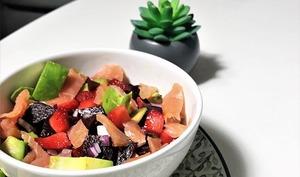 Salade printanière gourmande et légère : avocat, fraises, saumon, bettarave