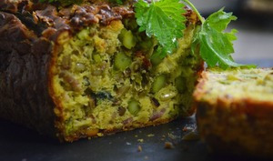 Cake aux orties, asperges vertes et lardons