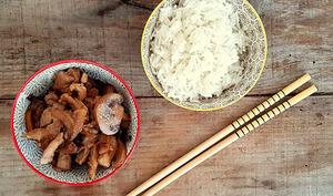 Sauté de porc miel, soja, oignons et champignons