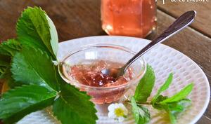 Gelée de queues de fraises et menthe