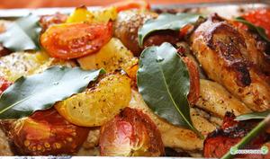 Duo de poulet et tomates fraîches parfumé aux feuilles de laurier