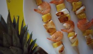 Brochettes aux crevettes, encornets et ananas à la plancha