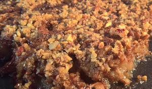 Crumble aux poires, chocolat, noix de pécan, amandes et noisettes