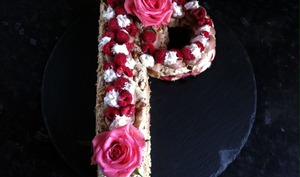 Letter cake dacquoise noisette chocolat et framboises