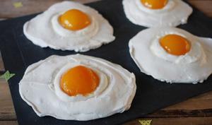 Faux oeufs au plat façon pavlova aux abricots