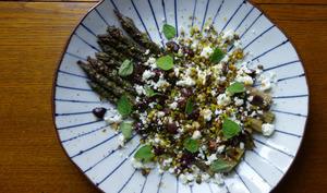 Asperges grillées, feta, olives, pistaches