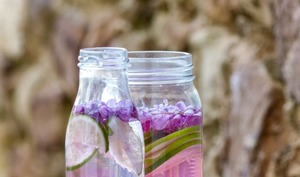 Detox water aux fleurs de lilas, mûres et citron vert