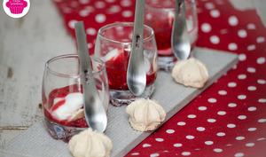 Eton mess aux framboises: verrines de framboises, coulis de framboises, meringues et chantilly