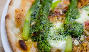 Pizza aux asperges vertes et au pesto à l'ail des ours