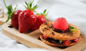 Galettes bretonnes fraises-basilic, caramel au chocolat