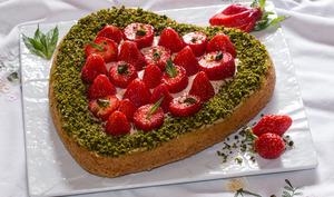 Sablé breton en coeur aux fraises, crème caramel au beurre salé