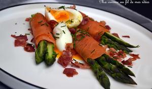 Roulades d'asperges vertes au saumon fumé, oeuf mollet et pancetta grillée