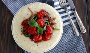 Polenta au chèvre, tomates cerises rôties et épinards