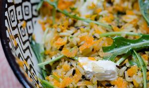 Salade de riz sauvage au pesto et aux carottes râpées