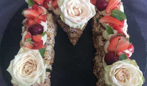 Letter cake Dacquoise ganache chocolat blanc et fraises